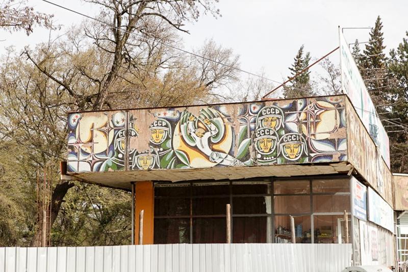 ترمینال اتوبوس سابق، هنرمند: گورکانی. لئوناردو شنژلیا و انریکو کوپاده، دهه ۱۹۸۰. عکسها از جی. بیکایدزه.