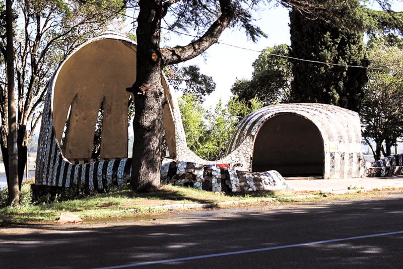 ایستگاه اتوبوس،، الاخادز؛ جورجی چاخاوا، زوراب کپان زاده، زوراب لژوا، نودار مالازونیا، دهه ۱۹۷۰. عکس از ام.ماجسکی.