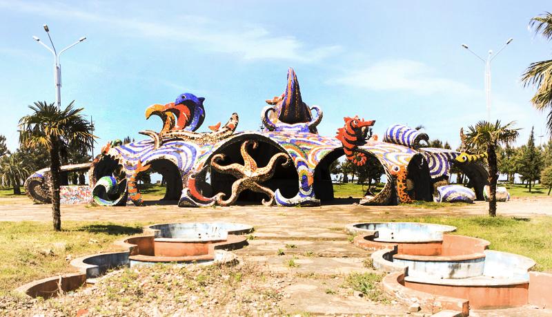 """کافه سابق """"فانتازیا""""، باتومی؛ معمار: جورج چاخاوا، موزائیک از زوراب کپان زاده، ۱۹۸۰. عکس از جی. بیکایدزه (قبل از نوسازی)"""