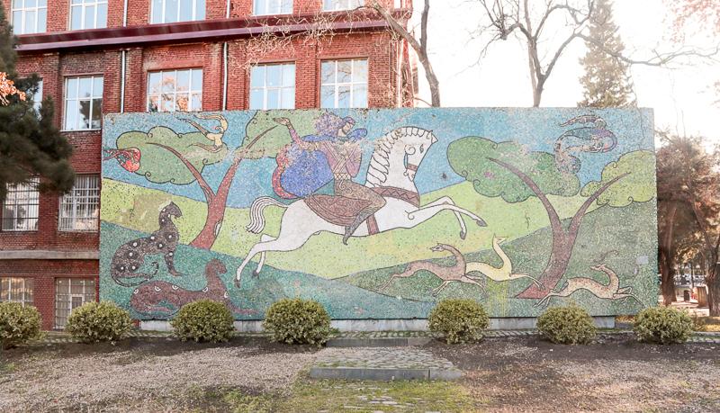 دیوار تزئینی، تفلیس؛ هنرمند: کوکوری ترتچلی، ۱۹۶۶. عکس از نینی پالاواندیشویلی.